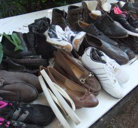 Schuhe werden auf Lesbos verteilt